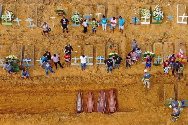 مراسم دفن في مقبرة سيدة أباريسيدا، في مدينة ماناوس، عاصمة ولاية الأمازون، شمال البرازيل