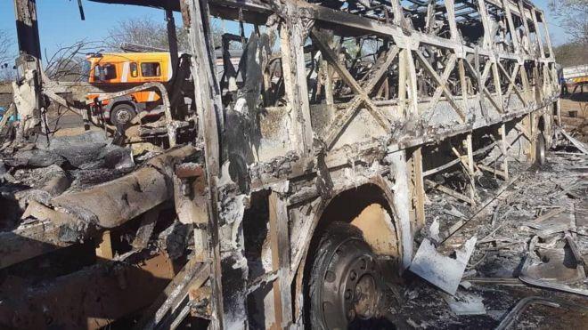 火を奪った乗客バスの燃え尽きた遺体は、ジンバブエのベイトブリッジ付近に見られる