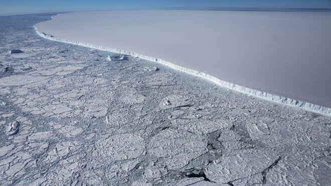 Айсберг размером в две Москвы движется в сторону Атлантики