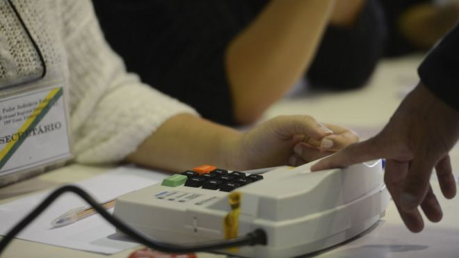 Eleitor registra biometria em Niterói, na eleição municipal de 2016