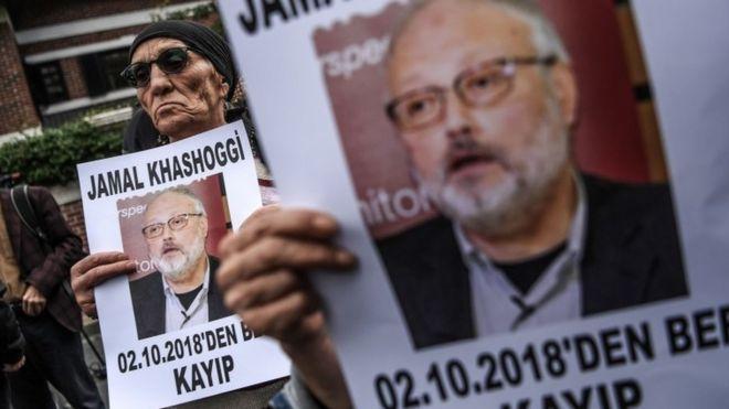 """Manifestantes segurando cartazes com foto do jornalista desaparecido e crítico do governo da Arábia Saudita, Jamal Khashoggi, com a legenda: """"Jamal Khashoggi está desaparecido desde 2 de outubro"""". Manifestação ocorreu em frente ao consulado da Arábia Saudita em Istambul, em 9 de outubro"""