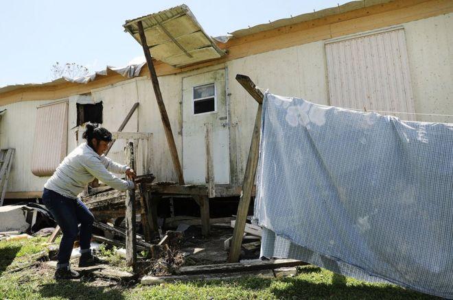 Una mujer repara su vivienda en Naples, Florida