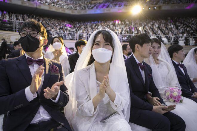 بعض الأزواج في حفل زفاف جماعي نظمته كنيسة التوحيد في غابيونغ