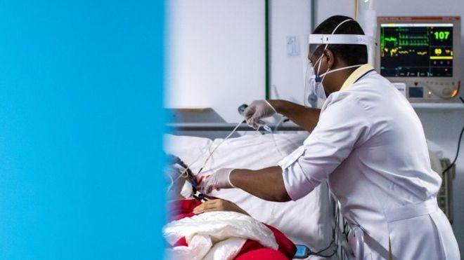Enfermeiro cuida de paciente em UTI em hospital do Rio