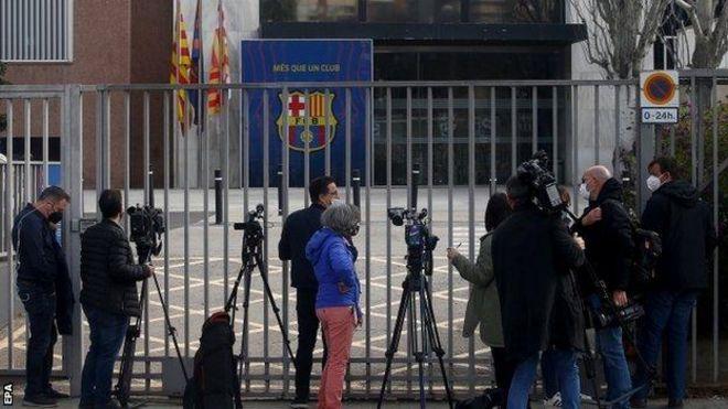 تجمع صحفيون أمام مكاتب برشلونة أثناء تفتيشها