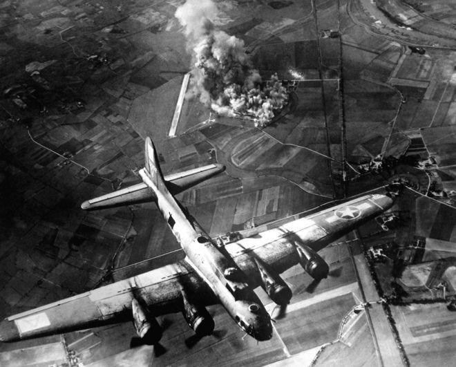 เครื่องบินทิ้งระเบิดโจมตีโรงงานแห่งหนึ่งในเมือง Marienburg ของเยอรมนี เมื่อวันที่ 9 ต.ค. 1943