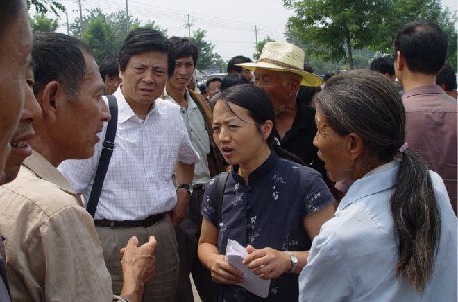 2000年,陳桂棣和妻子吳春桃開始為寫《中國農民調查報告》開展調查。他們很快就聽聞了臨泉縣的故事,立即被王營村村民的苦難深深打動了。圖為《中國農民調查報告》作者陳桂棣和吳春桃在安徽某法院外(2004年8月)。