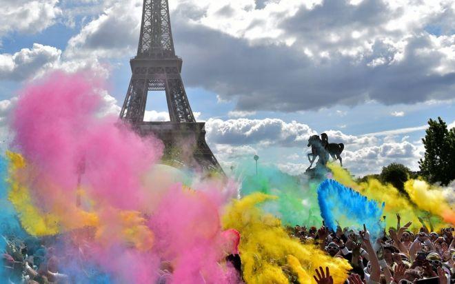 Disneyland'ı, Fransa'nın başkenti Paris'teki Eyfel Kulesi izliyor.