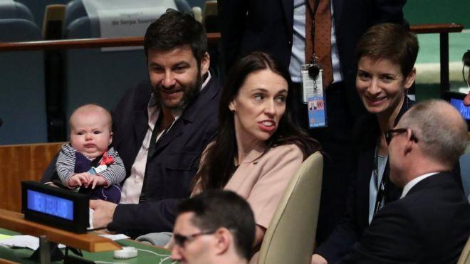 新西兰总理阿德恩在联合国大会发言前,与孩子和孩子爸爸在一起。