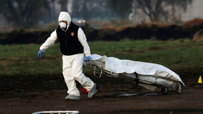 Explosión en ducto de Pemex en Hidalgo: al menos 66 muertos en una toma clandestina de combustible del centro de México _105241476_mediaitem105249695