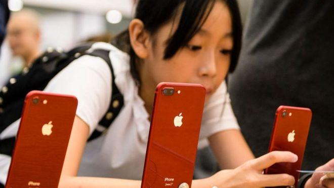 Menina asiática com celular na mão