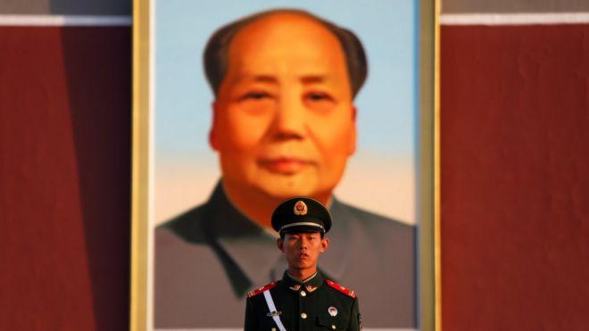 一名中國士兵在北京天安門廣場的毛澤東像前站崗
