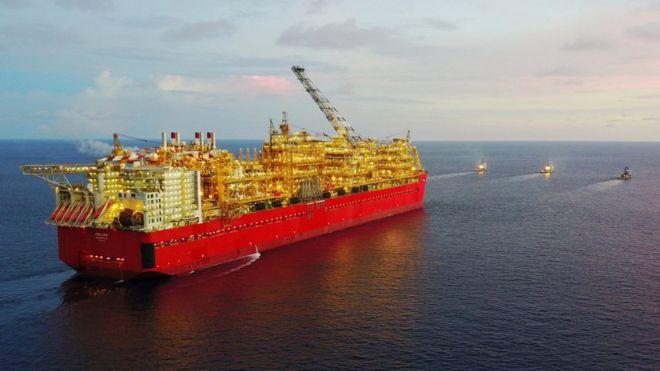 Energía. Producción, distribución. Cénit del petróleo, peak oil, fuentes, contradicciones, consecuencias. - Página 14 _101168476_prelude-flng-towed-to-australia-1