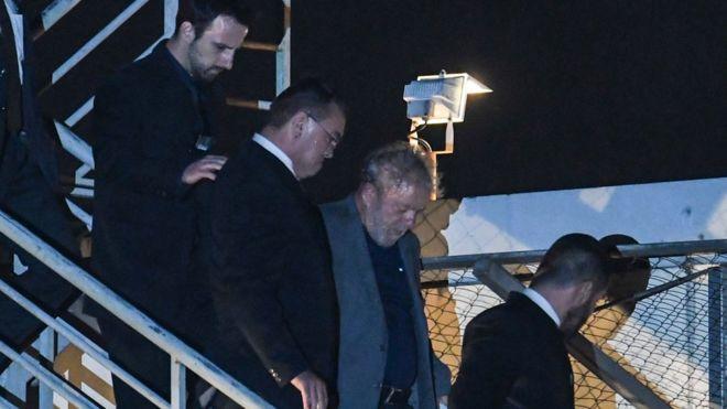 Lula chegando à PF em Curitiba