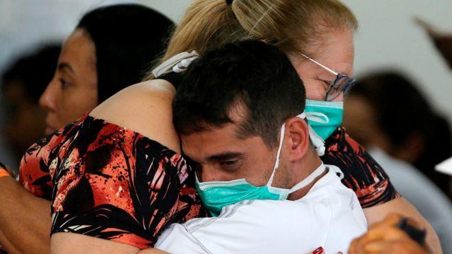 Pessoas usando máscaras no hospital de Brasília, na Asa Norte