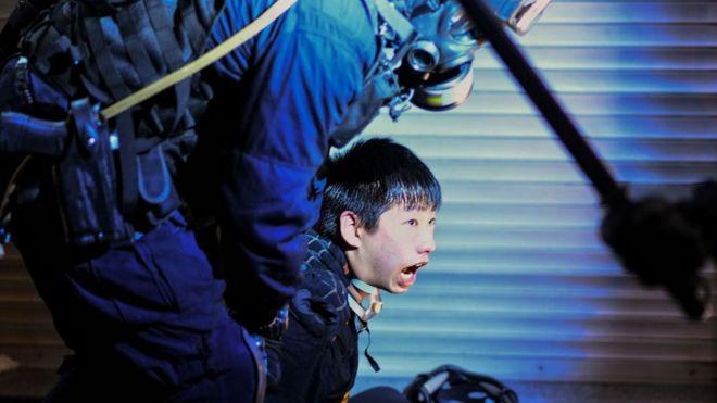 Một người biểu tình Hong Kong bị cảnh sát bắt giữ hôm 11/8/2019