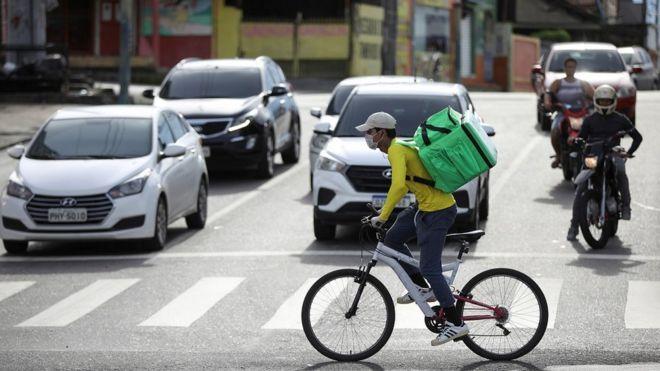 Entregador de aplicativo de bicicleta em Manaus