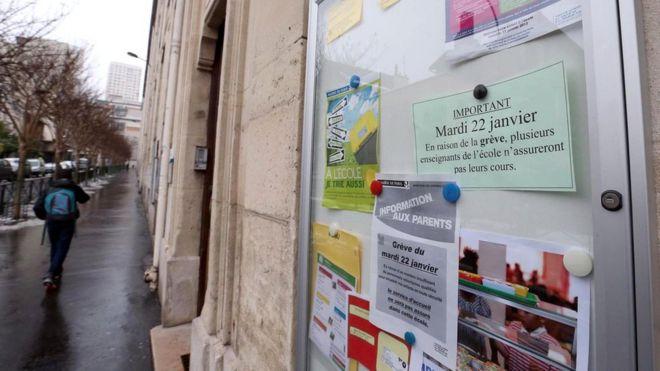 Эта фотография сделана в 2013 году в Париже. На доске объявлений - призыв поддержать переход школьников на 4,5-дневную неделю