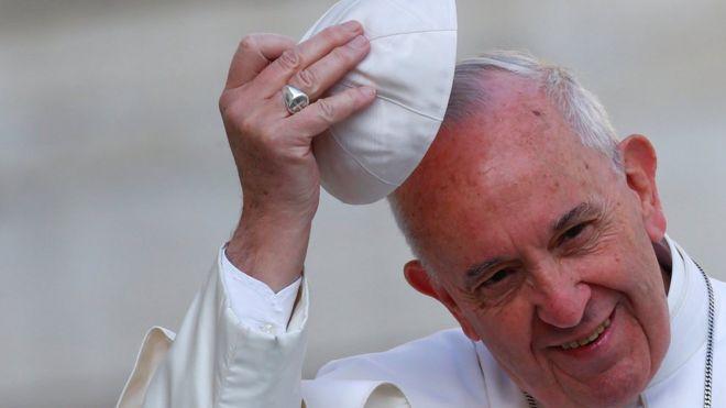 البابا فرانسيس يصل القاهرة في زيارة تهدف إلى تعزيز حوار الأديان