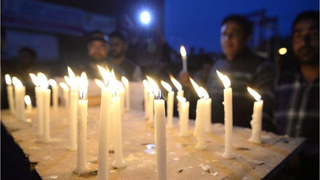 Кашмирский мусульманин выкрикивает антииндийские лозунги во время акции при свечах против изнасилования и убийства восьмилетней мусульманской девочки в Сринагаре 13 апреля 2018 года.