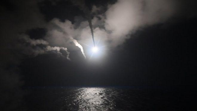 Misiles tomahawk guiados en ruta a su objetivo en Siria.
