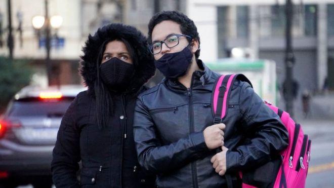 Casal na rua em dia frio em SP
