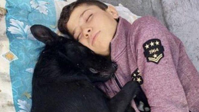 """الله ينتقم منك ياامريكا : صبي سوري لم يجد في تركيا سوى """"حضن"""" كلب"""