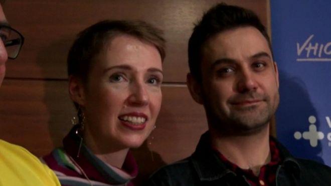 Audrey e Rohan Schoeman com equipe médica