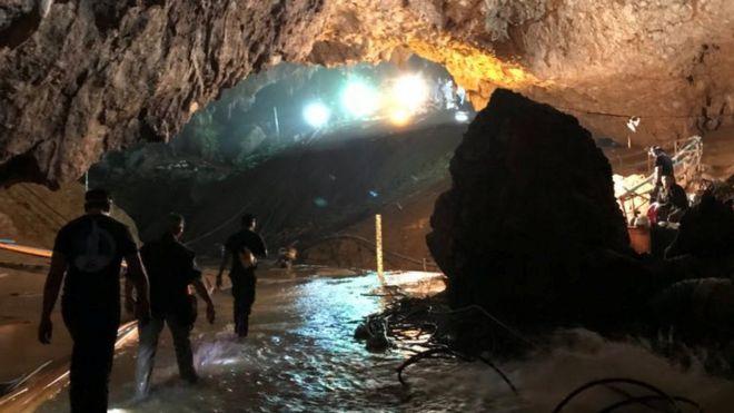 Equipes de resgate dentro da caverna na Tailândia onde meninos e treinador de futebol ficaram presos