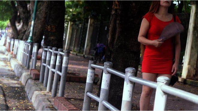 Một phụ nữ hành nghề mại dâm đang chờ khách ở một công viên trong Hà Nội