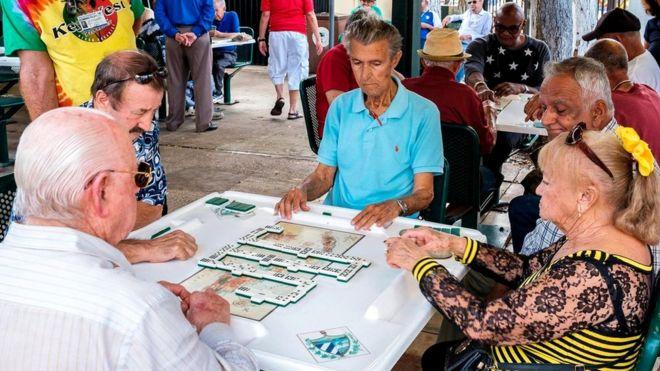 У некоторых кубинских иммигрантов, живущих сейчас в Майами, их родной диалект испанского поменялся из-за постоянного общения с мексиканцами и колумбийцами