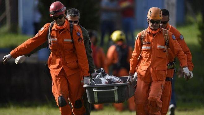Bombeiros carregam corpo encontrado em Brumadinho (MG)