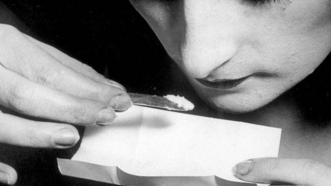 Mujer consumiendo cocaína.