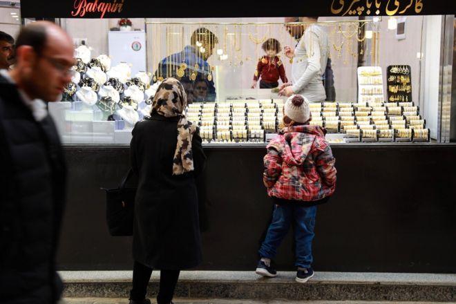 بازار همدان؛ این مادر و دختر ۲۰ دقیقه از ویترین به جواهرات نگاه کردند و وارد مغازه نشدند