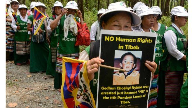 membros budistas tibetamos da Associação de Mulheres Tibetanas em manifestação pelos 30 anos do 11º Pachen Lama, que desapareceu aos seis anos