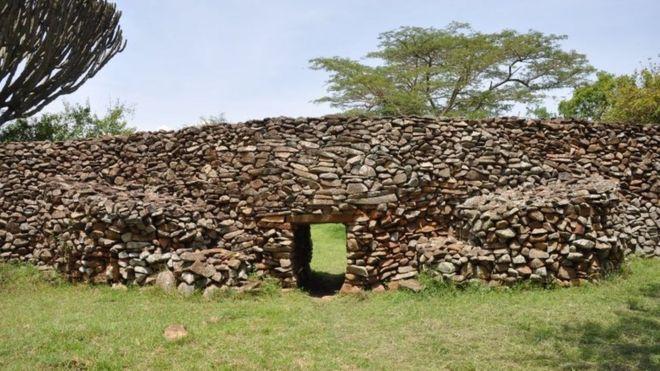 مدخل مستوطنة بنيت برصف الحجر من دون أي مادة رابطة في منطقة ثيمليتش أوهينغا