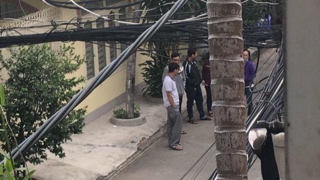 Những người lạ mặt canh gác bên ngoài nhà của nhà báo Sương Quỳnh