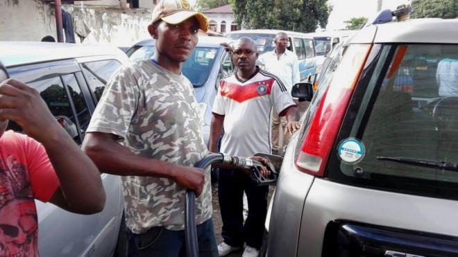Ikibazo c'ibura ry'ibitoro vya esanse mu Burundi kimaze indwi zibiri BBC