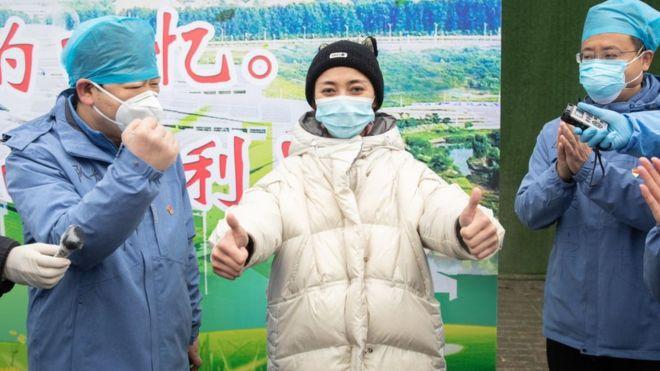 Una paciente curada de coronavirus es dada de alta en el hospital de Fangcang, en Wuhan