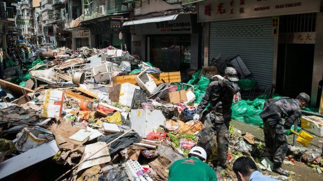 解放军澳门驻军在十月初五街清理台风垃圾杂物(25/8/2017)