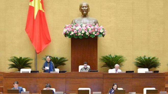 Phó Chủ tịch Thường trực Quốc hội Tòng Thị Phóng điều hành phiên thảo luận.