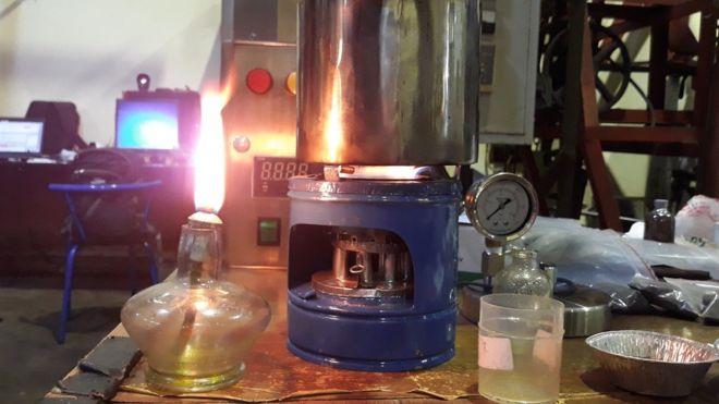 Kompor menyala menggunakan bahan bakar minyak hasil olahan sampah plastik.
