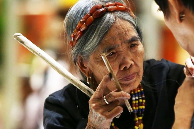 Anger over a 100-year-old tribal artist at a tattoo show - BBC News