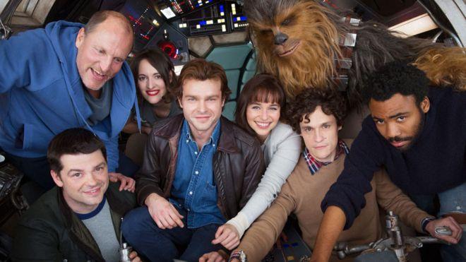 Phil Lord y Chris Miller con el elenco de la pelicula en solitario de Han Solo
