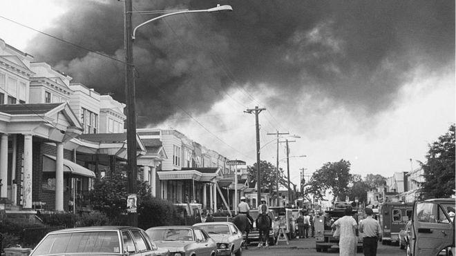 Humo en la avenida Osage de Filadelfia tras el ataque aéreo de la policía en 1985