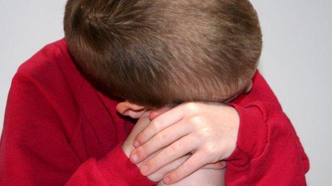 Ребенок с головой на коленях