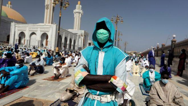 مصلون في السنغال يؤدون صلاة العيد
