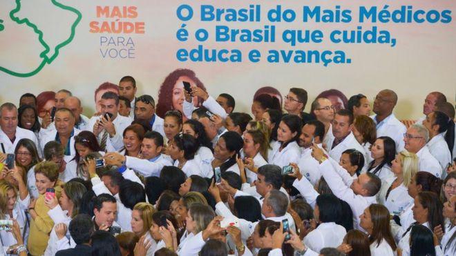Fotografia de abril de 2016: então presidente Dilma Rousseff lança nova etapa do programa Mais Médicos e é cercada por profissionais do programa, alguns cubanos
