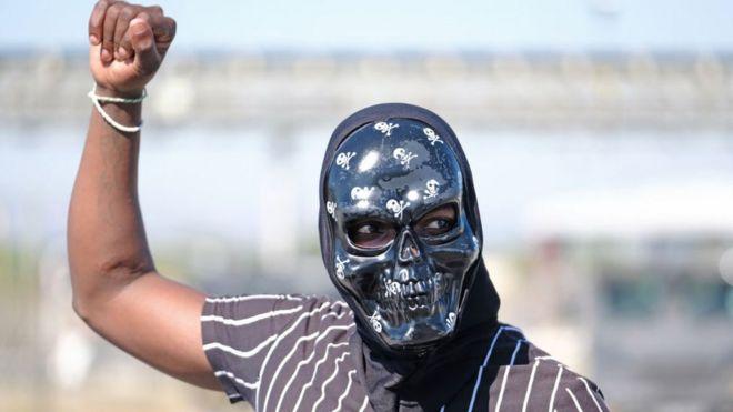 Ein Demonstrant in Südafrika, verärgert über Elemente der Sperrung - 20. Mai 2020