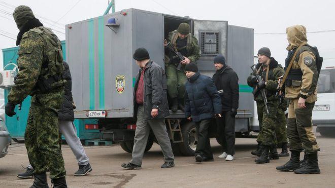 Между Киевом и подконтрольными Москве сепаратистами Донбасса начался обмен пленными